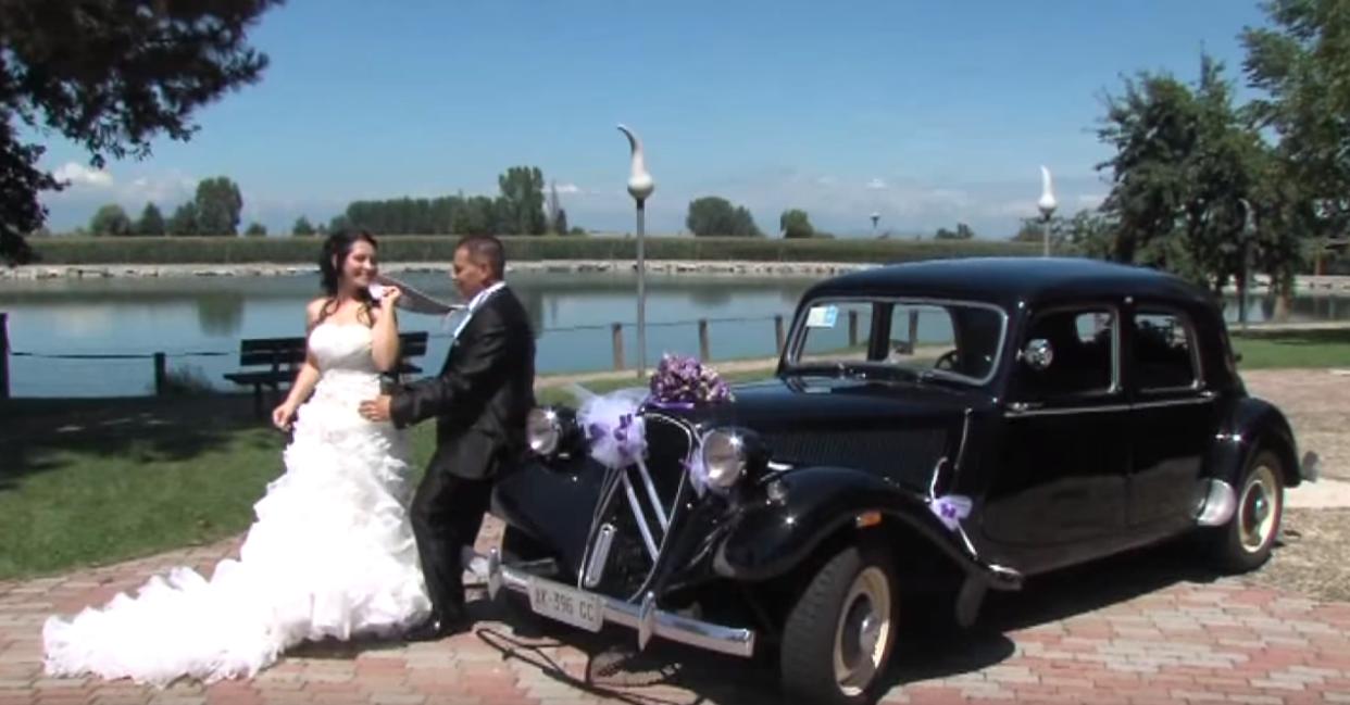 Foto Barbara - Fotografo economico a Torino - Gli sposi vicino la macchina. Foto con laghetto di sfondo